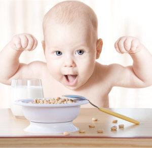 ontbijtpap etende baby