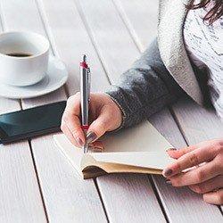 Dieetschema met pen en papier en koffie